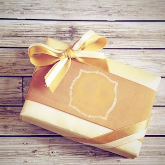 Caixa de presente de ouro com efeito de filtro retro