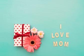 """Caixa de presente, flores e """"eu amo a mamã"""" que rotula"""
