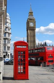 Caixa de telefone vermelha com Big Ben em um dia ensolarado