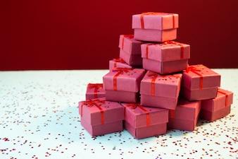 Caixas de presente brancas com várias fitas vermelhas isoladas no fundo