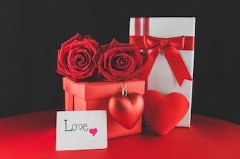 Caixas de presente com chocolates e um bilhete de amor