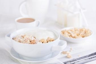 Cajus e cereais para o pequeno-almoço saudável