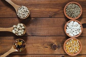 Calças e tigelas com nozes e sementes