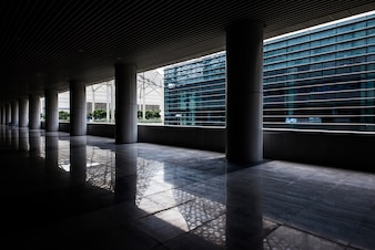 Camadas de coluna de concreto em um convés vazio do edifício