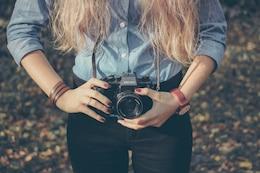 câmera retro com menina loira