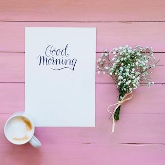 Caneca de café com modelo e buquê de flores