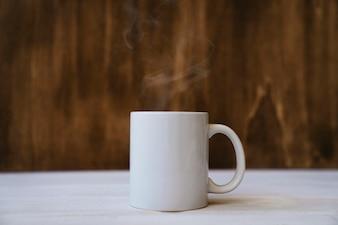 Caneca fumegante com uma bebida quente