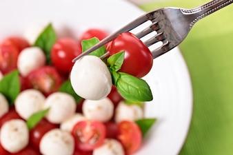 Caprese salada no garfo