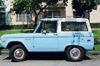 Carro azul e branco do vintage