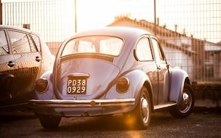 Carro clássico sob a luz do sol