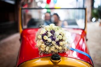 Carro do vintage com ramalhete do casamento