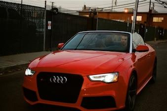 Carro em vermelho brilhante
