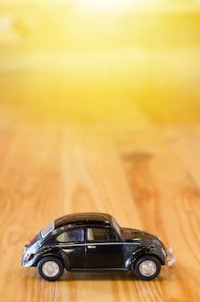 Carro pequeno, modelo de bicicleta em fundo de madeira