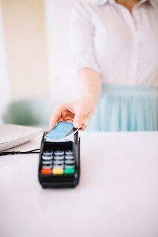 Cartão de crédito no terminal de pagamento