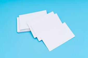 Cartão de visita em branco no fundo azul.