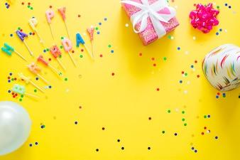 Cartas de feliz aniversario e itens do partido