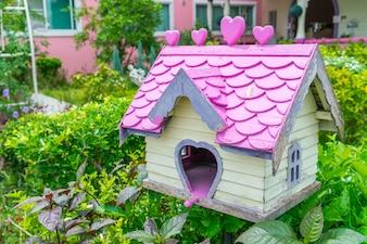 Casa do pássaro de madeira no parque.