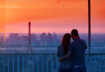 Casal apaixonado admirando a torre Eiffel