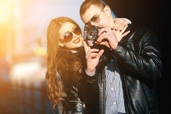 Casal assistindo uma imagem na câmera