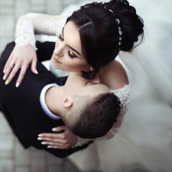 Casal casado se beijando