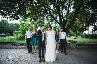 Casal com os hóspedes posando na rua