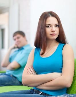 Casal depois de discussão em casa