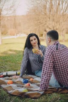 Casal em um piquenique