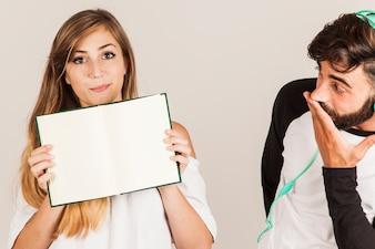 Casal engraçado com livro aberto