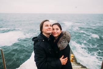 Casal feliz abraçando em um barco