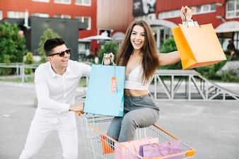 Casal feliz e carrinho de compras