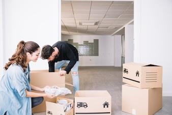 Casal movendo-se para apartamento novo