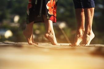 Casal na ponta dos pés