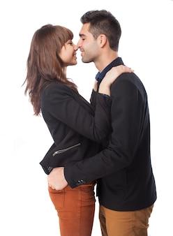 Casal quase beijando