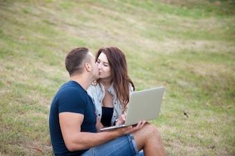 Casal se beijando na grama
