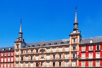 Casas pitorescas na Plaza Mayor. Madrid