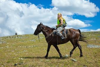 Cavaleiro solitário a cavalo