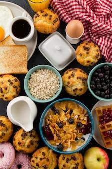 Cereais e cupcakes para café da manhã