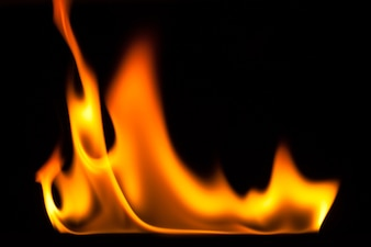 Chama de fogo isolada no chão preto