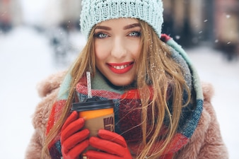 Charming, mulher, vermelho, lábios, segura, copo, café, to-go, dela, braços
