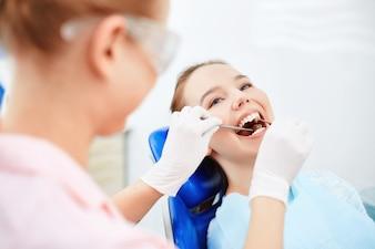 Checkup espelho oral paciente muito