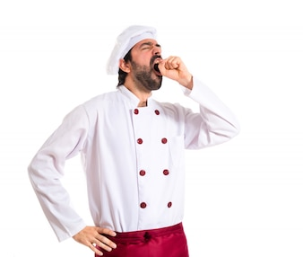 Chef bocejando sobre fundo branco