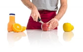 Chef cortando uma maçã