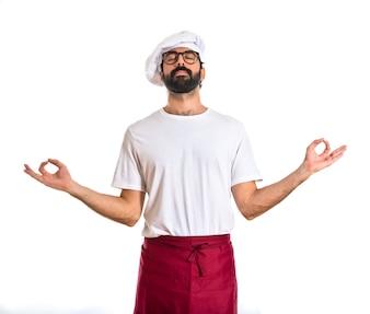 Chef em posição zen sobre fundo branco
