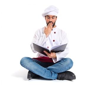 Chefe surpreendido lendo um livro