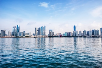 Cidade refletida na água