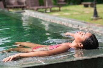 Close-up, asiático, mulher, mentindo, água, piscina, borda