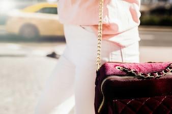 Close-up, burgundi, costas, segurado, mulher, branca, jeans