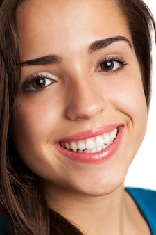 Close-up da menina com olhos castanhos e um sorriso grande