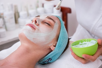 Close-up da mulher com máscara facial