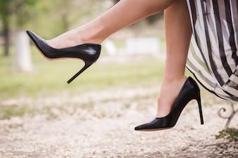 Close-up da mulher com saltos pretos
